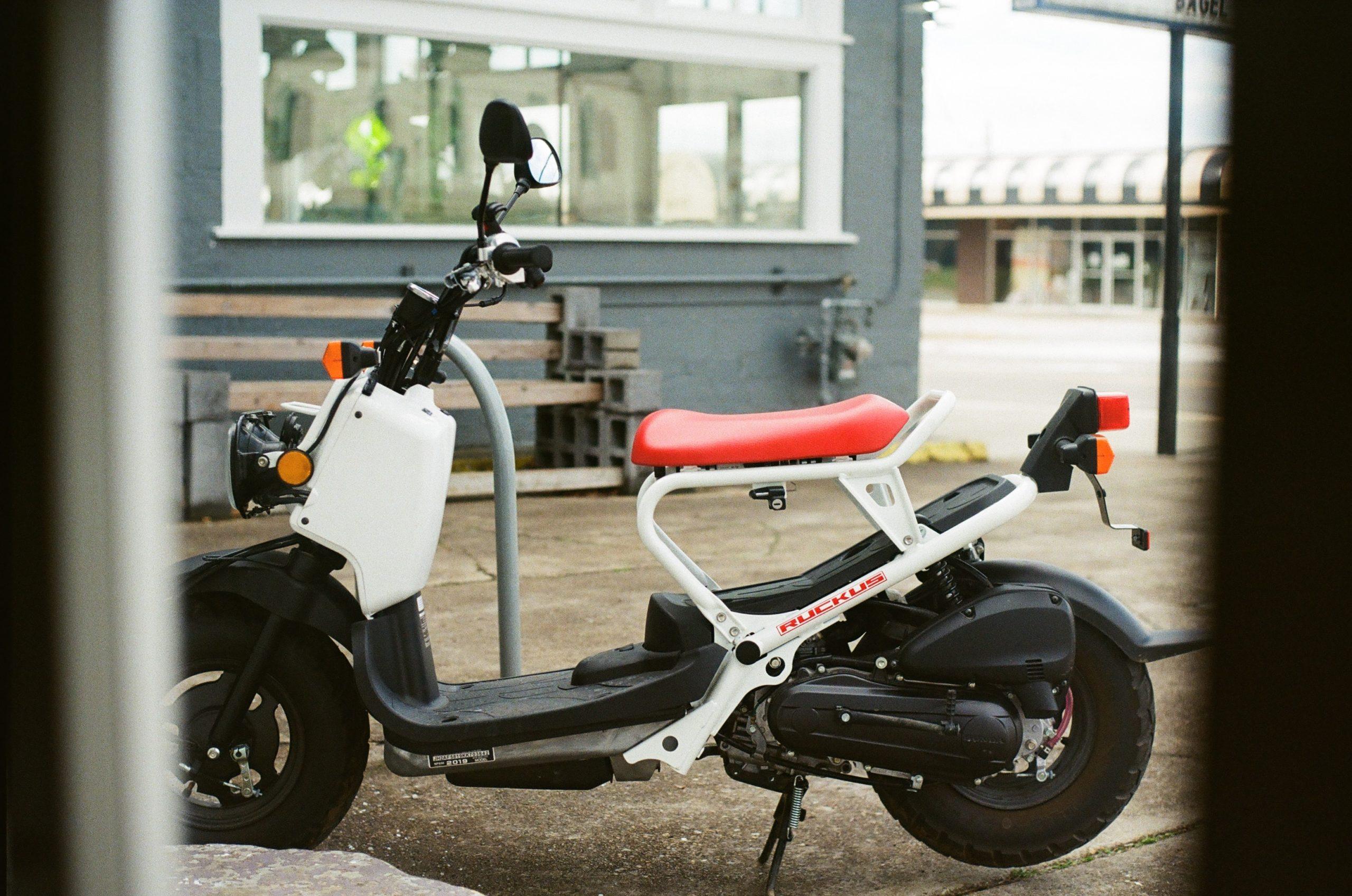 bensidriven moped vit och röd